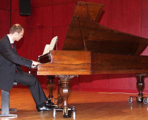Concert pianist Thomas Wellen plays Schiedmayer & Sons grand piano, 1871